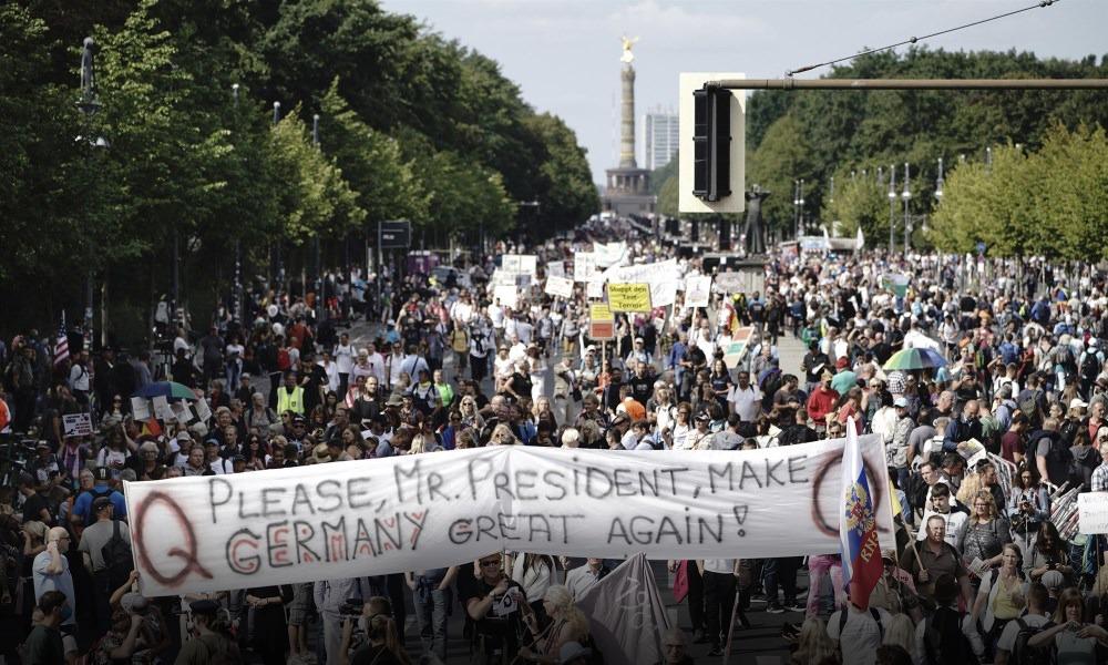 Демонстрация против мер правительства ФРГ в борьбе с пандемией COVID-19 с участием сторонников QAnon, Берлин, 2020 год
