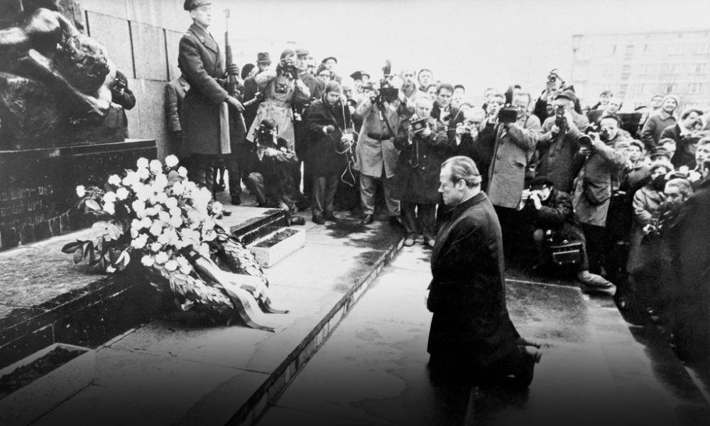 7 декабря 1970 года, канцлер ФРГ Вилли Брандт стоит на коленях перед памятником жертвам восстания в Варшавском гетто
